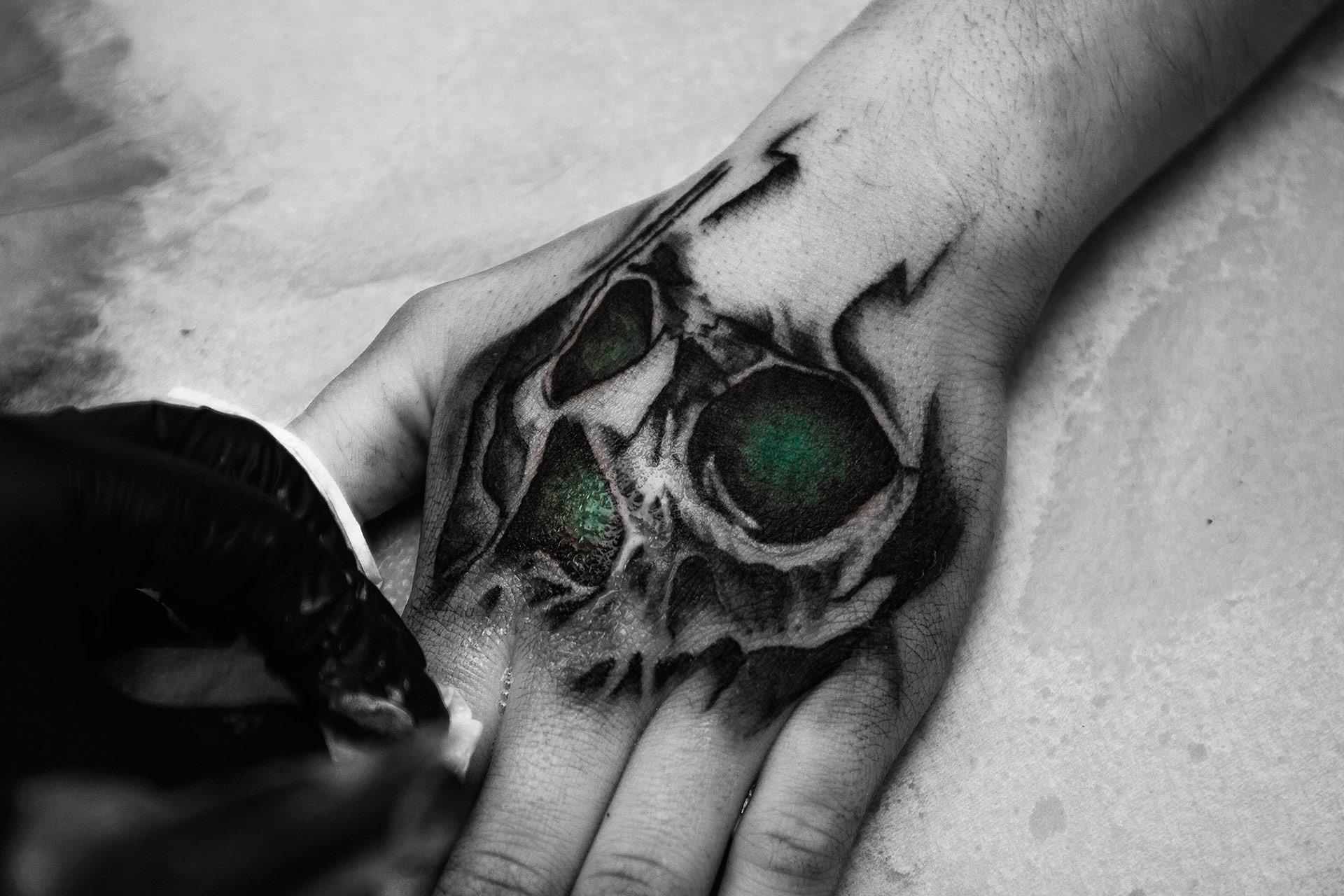 Mroczny tatuaż czaszki