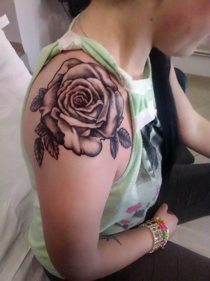 Tatuaż róży w odcieniach szarości