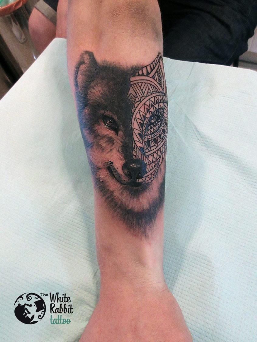 Tatuaż geometryczny wilk