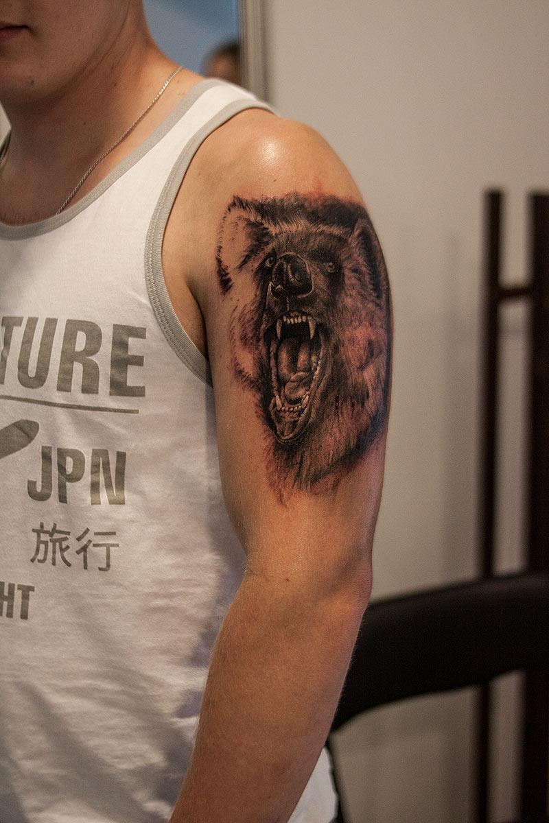 Tatuaż realistyczny niedzwiedz