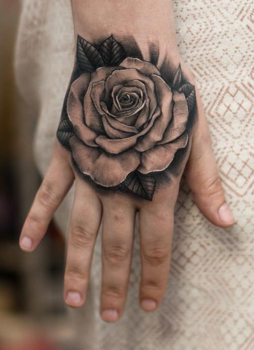 Tatuaż róża na dłoni