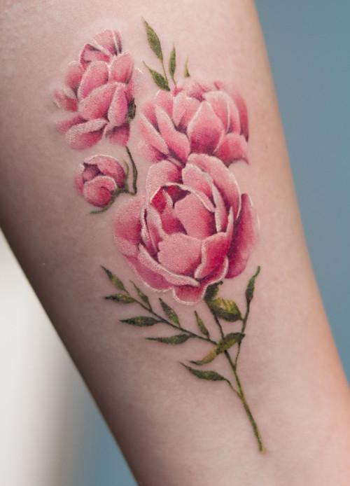 Tatuaż wilcza łapa i piwonie
