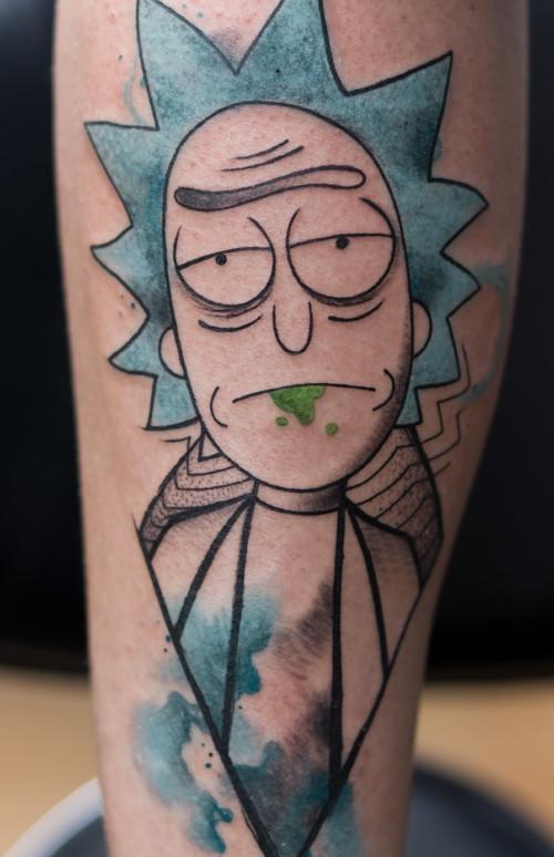 Rick, południca i kolorowy kwiatowy tatuaż